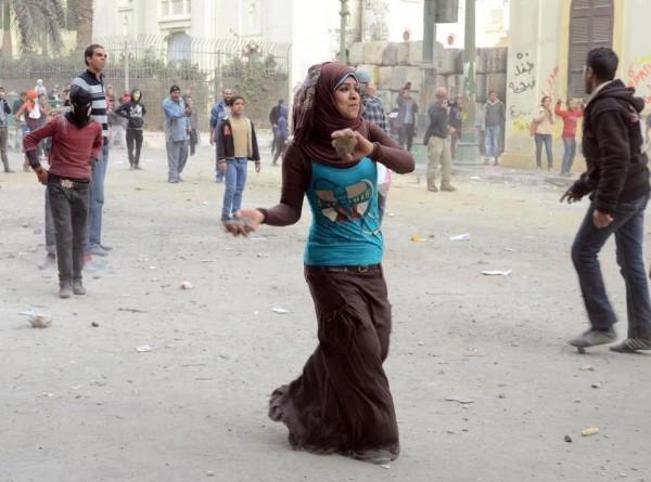 """صورة فتاة """"ثورية"""" تثير الجدل"""