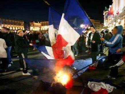 أنصار حركة النهضة بتونس يحرقون