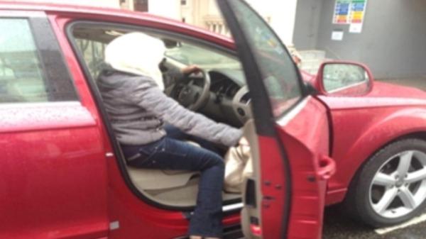سعوديون يدفعون زوجاتهم لتعلم قيادة