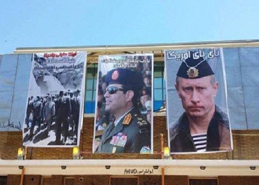 مصريون مؤيدون للجيش المصري يرفعون